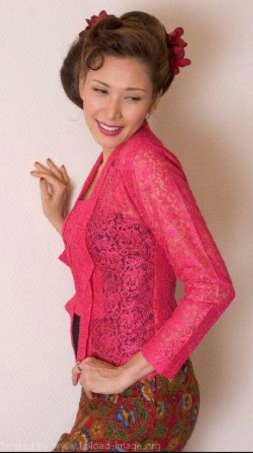 She's hott! And the kebaya on her is so nice!