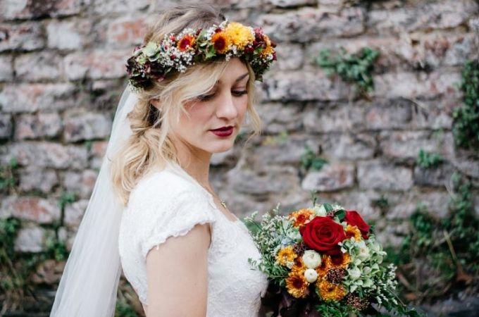 #Braut #bridal #Haare #Frisur #Hair #Hochzeit #wedding #Blumenkranz - Das tolle Foto wurde gemacht von Goldlicht Fotografie: www.goldlicht-fotografie.de