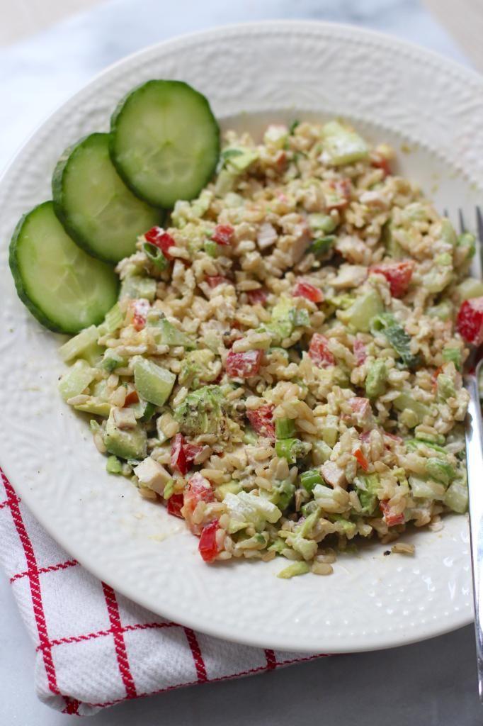 Maaltijdsalade met rijst en gerookte kip