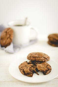 Irresistibili #biscotti al #cioccolato e fior di sale con #Nutella e caramelle #mou. Con una tazza di latte e caffè vi sembrerà già la mattina di #Natale! - Delicious #Nutella stuffed double #chocolate chip #cookies #recipe
