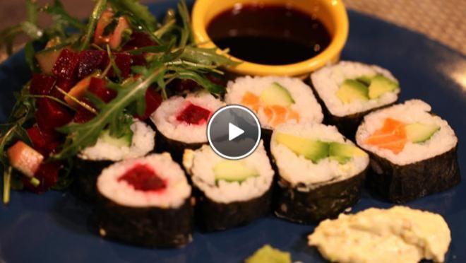Makkelijke sushi || sushirijst, sushi azijn, norivellen, vulling bv: avocado's, komkommer, rode bieten, verse zalm, rucola, soja saus, japanse rijstwijn, olijfolie, eventueel wasabisaus: sesamzaadjes, wasabi, frietsaus