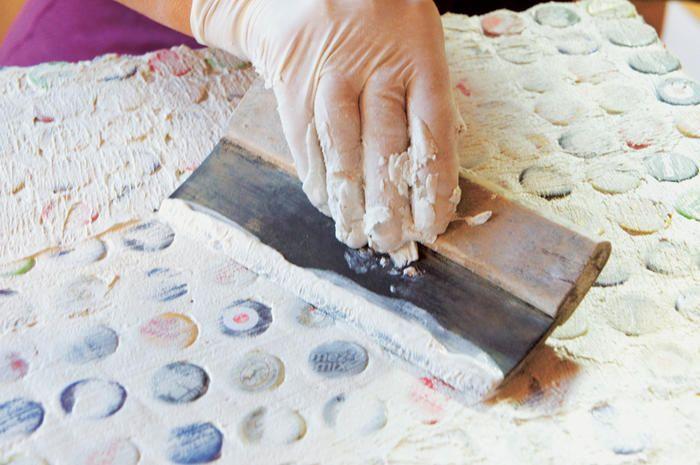 DIY Anleitung: Tisch verzieren mit Kronkorken DAS HAUS