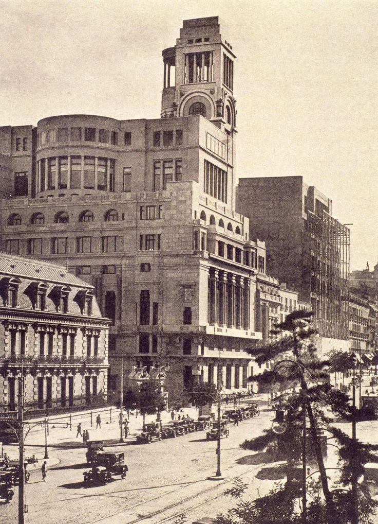 Calle Alcalá con el palacio del Marqués de Casa Riera a la izquierda de la imagen. 1930. Madrid.