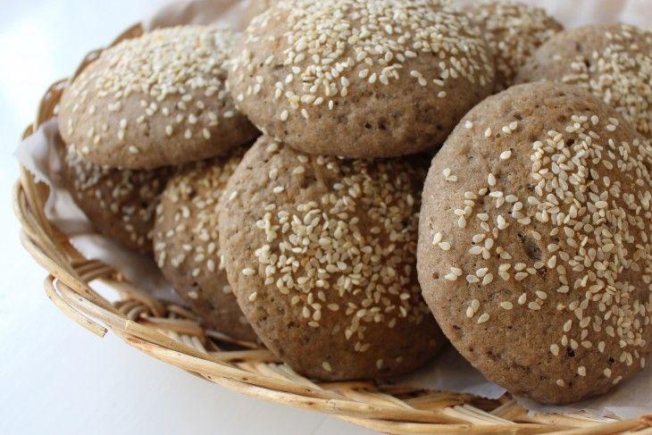 Glutenfria grova hamburgerbröd bakade på rismjöl, bovete och durramjöl. Durramjöl är ett smakrikt naturligt glutenfritt sädesslag som ursprungligen komme