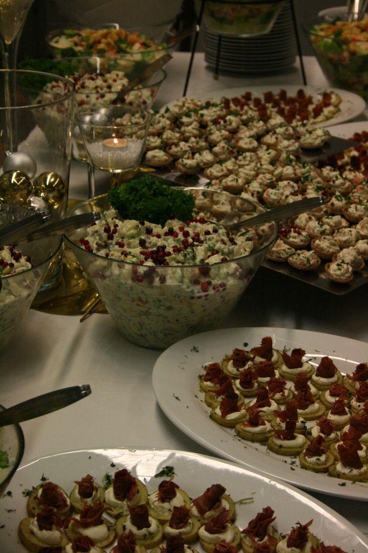 Yritystilaisuuden kevyt illallispöytä talvella 2014: coctail-paloja ja salaatteja.