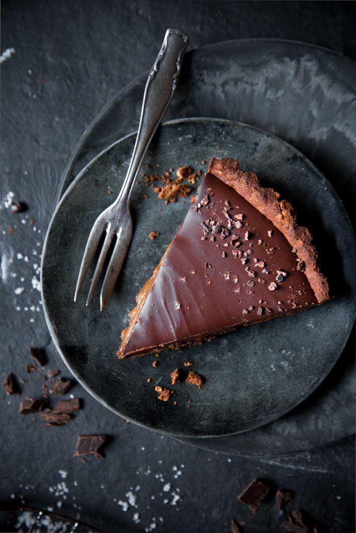 Vegane glutenfreie Schokoladentarte mit cremiger Schokocreme und Dattel-Salzkaramell