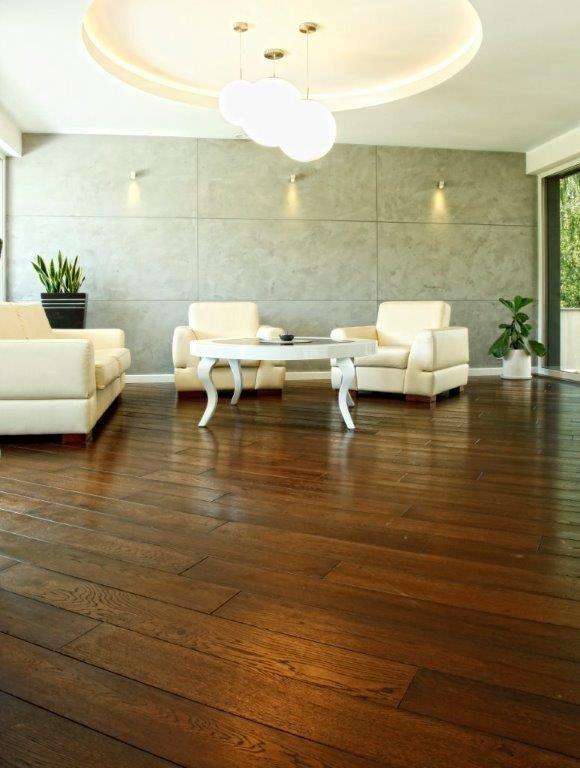 Drewniana podłoga w czekoladowym kolorze - Dąb Dover z kolekcji firmowej Kopp http://www.podlogi-kopp.pl/katalog/dab-dover,656,p363