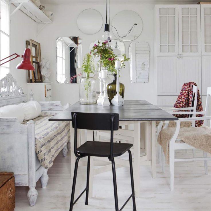Matsalsdelen är möblerad med arvegods och kylskåp från Gorenje. Gamla stolar, detaljer i färg och härliga textilier skapar känslan. Skålarna och terrinerna på hyllan är fyndade på loppis.