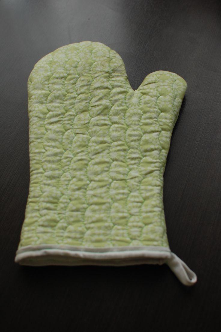 Kuchyňská rukavice. Ušito podle: http://www.raechelmyers.com/2011/02/oven-mitt-tutorial/