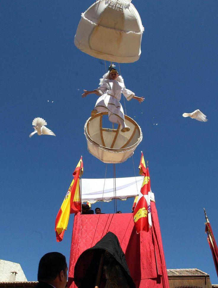 Peñafiel celebra La Bajada del Ángel con una abarrotada plaza del Coso. Peñafiel.