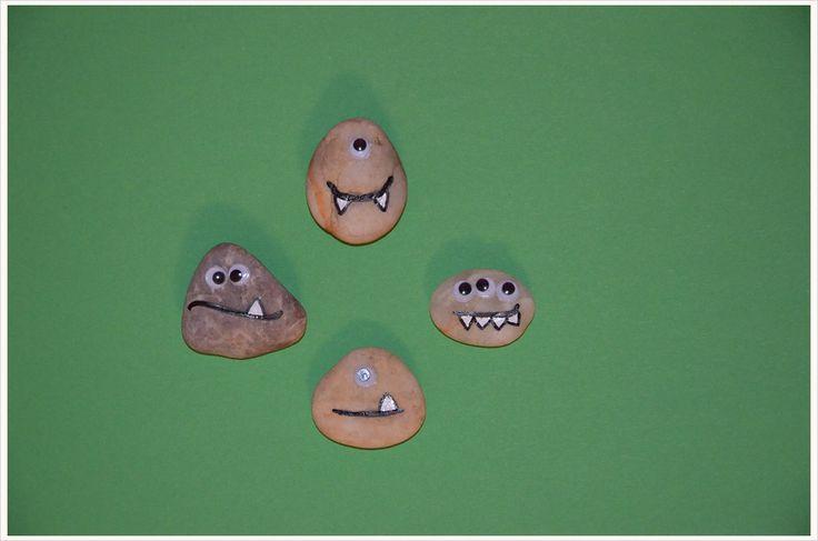 """Hier kommt meine neue """"Büro-Gemeinschaft"""": Die Monster-BG! Ich könnte die knutschen, so vernarrt bin ich in diese kleinen Stein-Monster mit ihren süßen Kulleraugen! Hier kommt meine neue """"Büro-Gemeinschaft"""": Die Monster-BG! Ich könnte die knutschen, so vernarrt bin ich in diese kleinen Stein-Monster mit ihren süßen Kulleraugen! Deswegen habe ich mir vorgenommen, mir eine Schüssel voll davon zu machen und sie…"""