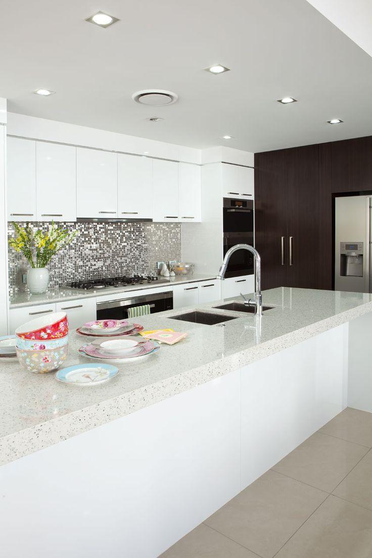 Cozinha branca com pastilhas na altura bancada