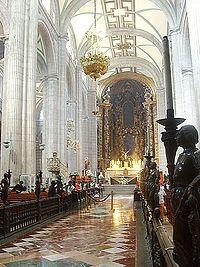 Nave central de la Catedral Metropolitana, con vista del Altar de los Reyes al fondo.