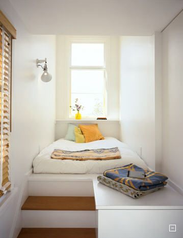 outro quarto que é só uma cama; os degraus da escada são baús.