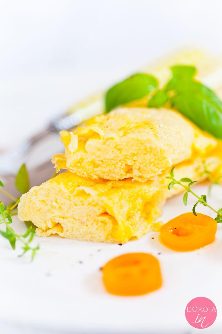 Omlet wytrawny, bez ubijania piany z białek, bez dodatku wody czy mleka, po prostu jajka, masło klarowane lub olej kokosowy i świeże zioła oraz inne, opcjonalne, wytrawne dodatki wkładane do środka :).  http://DOROTA.iN/omlet-wytrawny/  Pyszne śniadanie, prawda? #food #kuchnia #przepis #omlet #śniadanie