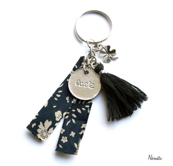 Porte clés tissu liberty marine foncée beige - médaille gravée luck - trèfle 4 feuilles -pompon noir
