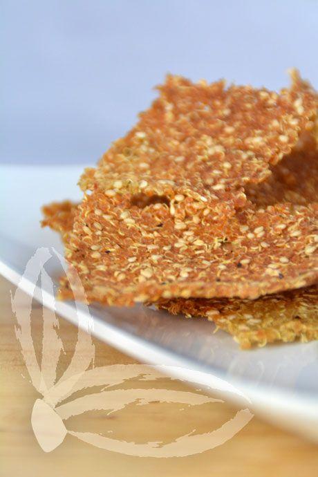 CRACKERS  DI QUINOA e purè di broccoli   Ingredienti per i crackers:  130 gr di quinoa  2 cucchiai di semi di sesamo  sale a piacere  origano a piacere  olio extravergine d'oliva