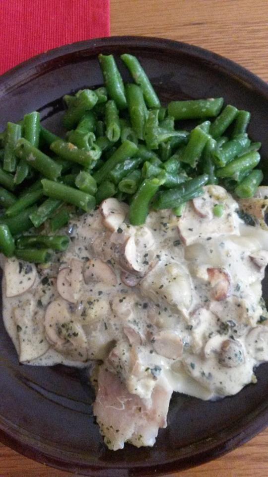 Zvířatkový den - kuřecí maso, omáčka ze žampiónů, česneku, bazalky a smetany, příloha vařené fazolové lusky