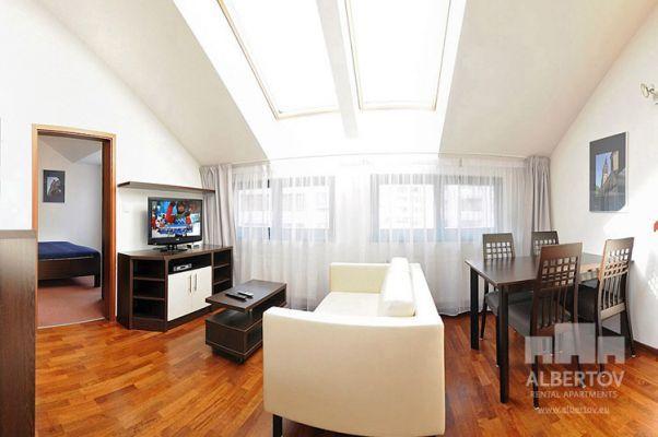 Damit das Wohnen für Sie angenehm ist, ist die ganze Wohnung modern mit Designmöbeln, mit bequemen Hockern und Lehnstühlen, eingerichtet. Im Zimmer gibt es Holzboden mit Heizung und hochwertige Holzfenster, Sie werden sich so gemütlich und warm fühlen! http://www.mietwohnungen-prag.de/wohnungen-miete-prag/