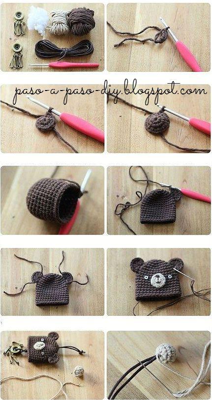 Llaveros con estilo Kawaii tejidos al crochet para hacer en casa. Necesitas hilo de colores ocre y marrones, botones blancos para los ojo...