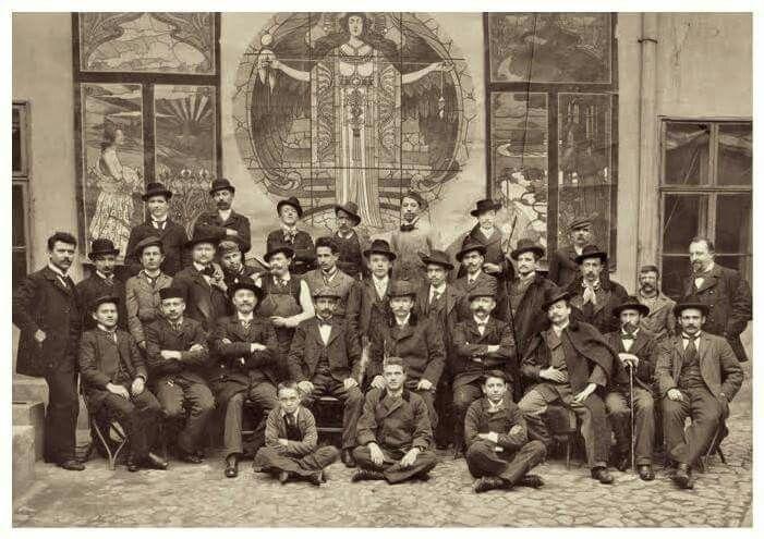 1900. Roth Miksa és munkatársai a Kender utcai műhely udvarán.
