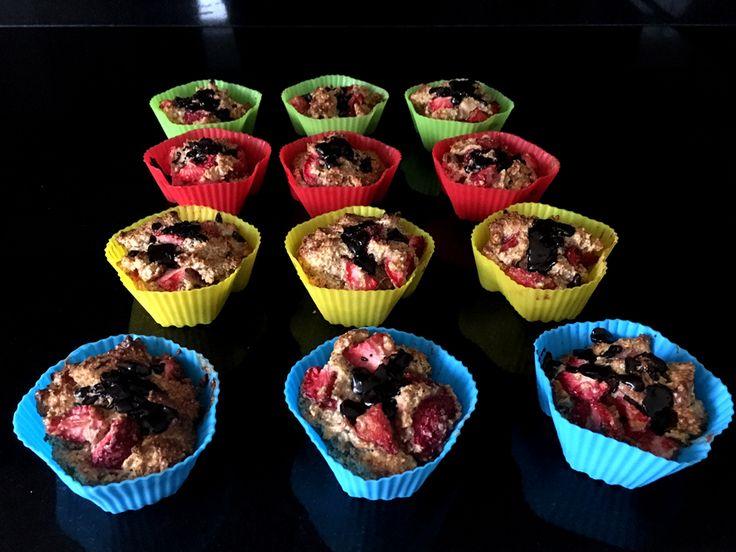 Twaalf gezonde muffins van #amandelmeel, #havermoutmeel en Griekse #yoghurt. Met #aardbeien, #vijgen, een vleugje #vanille en gegarneerd met pure #chocolade. Heerlijk als ontbijt, lunch of tussendoortje.