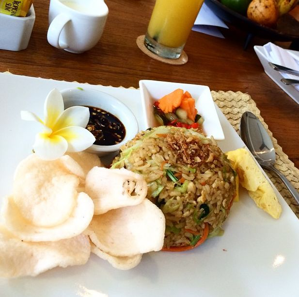 Indonesian breakfast is the best! Whos love 'Nasi Goreng' for  breakfast?  image by our guest @eitan_no_mama