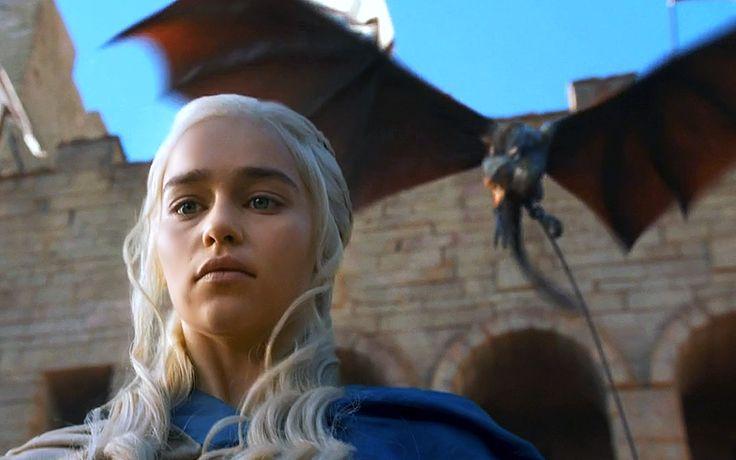 """Daenerys Targaryen es uno de los personajes principales de la saga literaria """"Canción de hielo y fuego"""", escrita por George R. R. Martin. """"La Madre de dragones"""" tiene capítulos narrados desde su punto de vista en """"Juego de tronos"""", """"Choque de reyes"""", """"Tormenta de espadas"""" y """"Danza de dragones"""". En la adaptación televisiva """"Juego de tronos"""", el personaje es interpretado por la actriz Emilia Clarke."""
