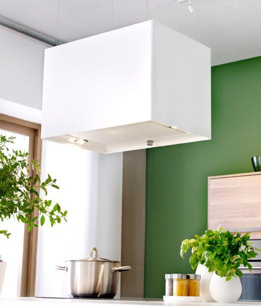 Weiße, rechteckige LÄCKERBIT Dunstabzugshaube über einer Kücheninsel