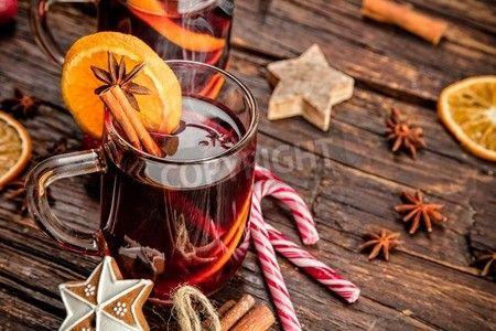 スパイシーで甘くアレンジとワインの飲み物をホット古い木製のテーブルで撮影