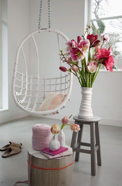 Met zo'n geweldig, warm winterboeket in rood en roze krijgt de woonkamer direct sfeer en power. Schik amaryllis, tulpen en eventueel een vroege bloesemtak in een hoge vaas en plaats op een kruk om er het stralend middelpunt van te maken. Knakt er een bloem? Relax, die kan mooi in een klein vaasje worden gezet.