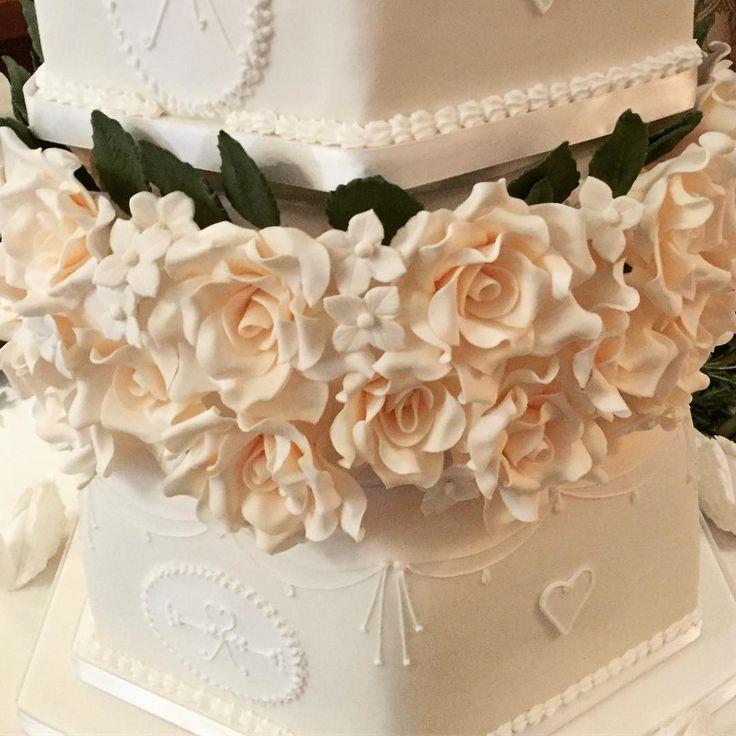 Sugar Flowers #weddingcakes #traditional #sugarflowers #royalicing #cream #roses #weddingcake #weddings #bride #groom #greggwallace #ido #hevercastle #hellomagazine #whitstable #kentwedding  #kent #cake #cakes #cakemaker #cakedecorating http://gelinshop.com/ipost/1525618355376329160/?code=BUsFc-nBZHI
