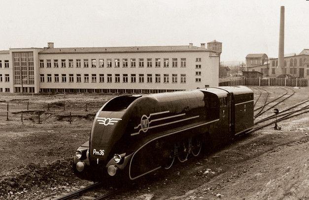 Parowóz serii Pm36 (w otulinie aerodynamicznej) wyprodukowany w Pierwszej Fabryce Lokomotyw w Chrzanowie