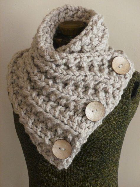 Cette main bouton grosse écharpe en tricot est faite de laine beige doux et épais. Le fil est doublé pour plus de chaleur et lécharpe est tricotée avec des nervures complexes dans tout le corps de lécharpe. Il y a trois grande noix de coco fonctionnelle boutons cousues à la main sur le foulard. Cette belle écharpe encapsule et touches facilement et gardera vous sentir chaude et élégante à la recherche. Taille : Adulte/adolescent La fin non étirée : longueur 32 1/2 X largeur 12 E...