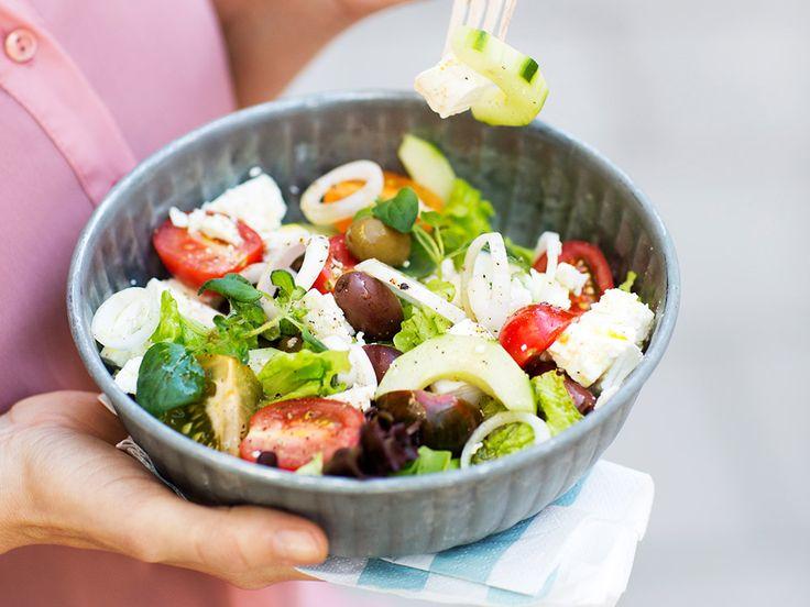 Grekisk sallad  200 g fetaost 1/2 gurka 1 liten rödlök 250 g blandade tomater 70 g blandad sallad 1 dl kalamataoliver färsk oregano eller färsk basilika