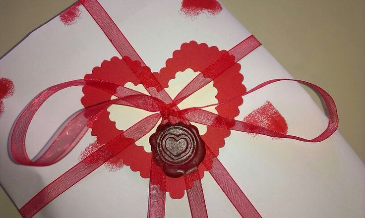 Tocco finale...un nastro in organza..un cuoricino in cartoncino e per finire una cera lacca cuore x sigillare il vostro amore e regalare al vostro Valentino:-)<3