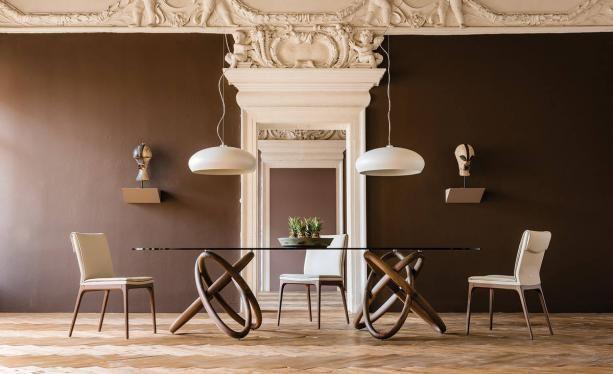 Szklany włoski stół na drewnianej pięknej podstawie do klasycznych wnętrz