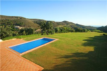 One of our absolute favorties, stunning mansion in the exclusive Marbella golf and Country Club resort. Occupying a superb elevated plot with stunning panoramic views this wonderful home is only a 15 minute drive to the coast