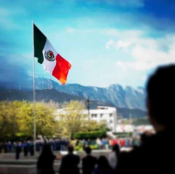 """""""Que viva México, compartamos unidos el orgullo de formar parte de este gran país"""" #México #Independencia #Septiembre #Mexicano #flag #green #white #red #sky #mexicans #september #independence #TecdeMty #ITESM #TecdeMonterrey #students #studyinmexico #collegelife #amazing #instasun #instamoment #wonderful #VivaMéxico #Mx #country #trees"""