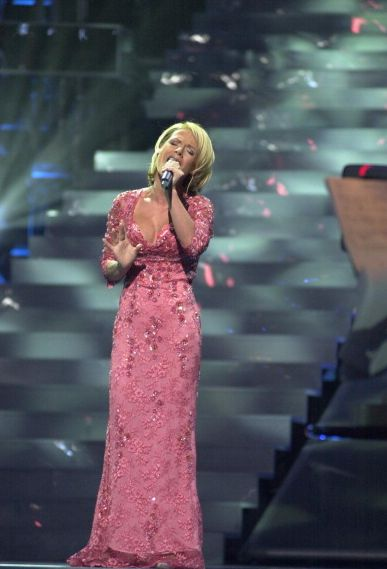 "Michelle (Tanja Hewer), le candidat allemand au concours Eurovision de la chanson, chante « Wer Liebe lebt » le 12 mai 2001. // Michelle (Tanja Hewer), the German contestant to the Eurovision Song Contest, singing ""Wer Liebe lebt"" on 12 May 2001."