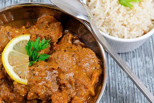 In onze serie 'wereldgerechten homemade' een zeer geliefd recept: kip madras. Dit gerecht uit de Zuid-Indiase stad Madras wordt traditioneel met lamsvlees gemaakt. Ook lekker om zelfte proberen zonder zakjes of pakjes!