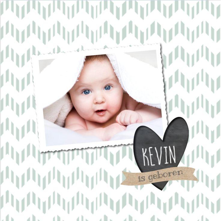 lovz | Hip foto geboortekaartje voor een jongen met speels chevron patroon, mint groene tint, foto kader, kraft slinger en krijtbord hart.