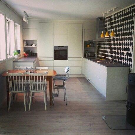 Kjøkken hth sort/hvitt gule lamper
