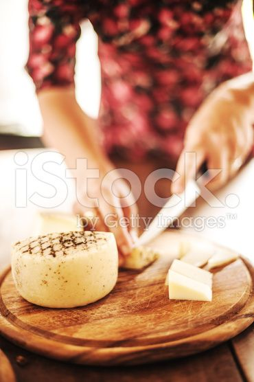 Femme avant fromage – banque photo libre de droits