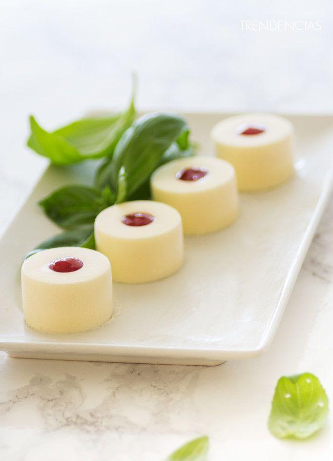 Bocaditos de mousse de queso de cabra y mermelada de pimiento. Pon un aperitivo chic en tu mesa