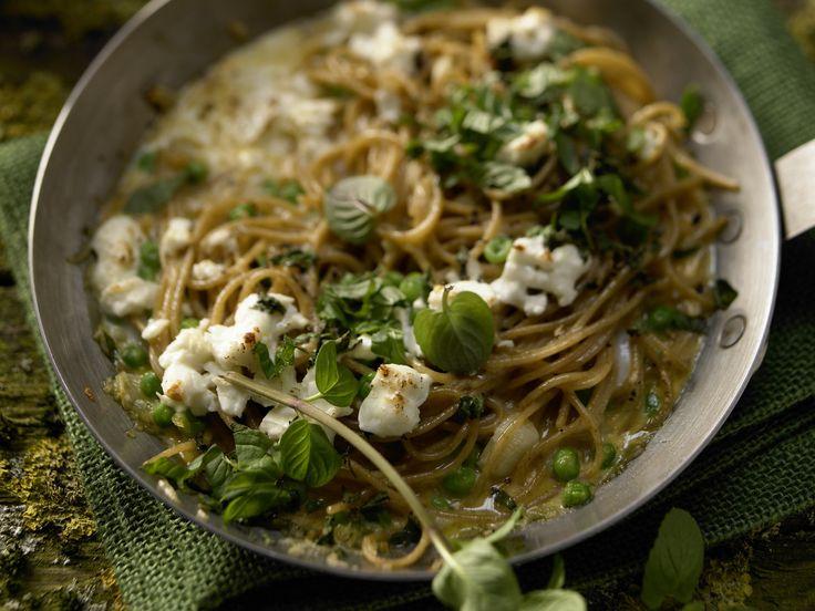 Nudel-Frittata - mit Erbsen und Schafskäse - smarter - Kalorien: 408 Kcal - Zeit: 10 Min. | eatsmarter.de