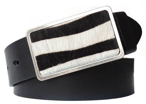 Schwarzer Gürtel mit Schnalle im Zebra-Look.Worauf kommt es Ihnen beim Gürtel-Kaufen an? Auf echtes Leder? Eine nickelfreie Schnalle? Guten Tragekomfort durch eine Breite von 4 cm? Ansprechendes Design? Qualität aus Italien? Wunderbar, denn dann sind Sie bei diesem Gürtel aus Leder genau richtig. Das gefärbte Fell ist auf das schwarz gefärbte Leder des Gürtels abgestimmt. Damit bekommt Ihr Outfit ein reizvolles Highlight.