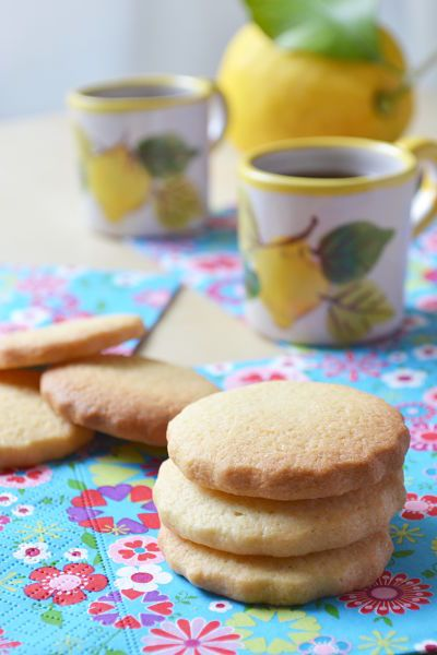 Ces petits biscuits au citron et à la fleur de sel auraient pu ne pas exister. Encore une recette due aux hasards de frigo comme je les aime. Il est 17 heures, le fiadone au citron vient tout juste...