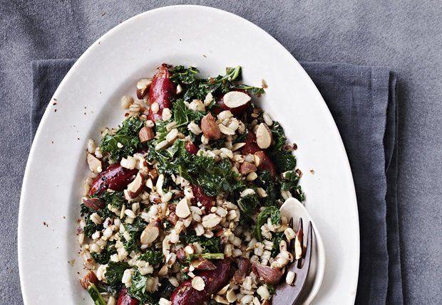 Perlebygsalat med chilistegt grønkål, chorizo og mandler - BO BEDRE