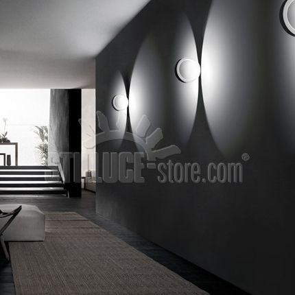Cini&Nils Assolo Parete/Soffitto Lampada da interni da appoggio, a led, dimmerabile, a luce indiretta. Finitura colore: bianco o nero A richiesta la lampada Assolo può essere colorata in tutte le tonalità cromatiche RAL e NCS (natural color system)